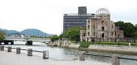相生橋と原爆ドーム。作中には架空と思われる「相生中学」「相生団地」が登場する=広島市中区で、御園生枝里撮影
