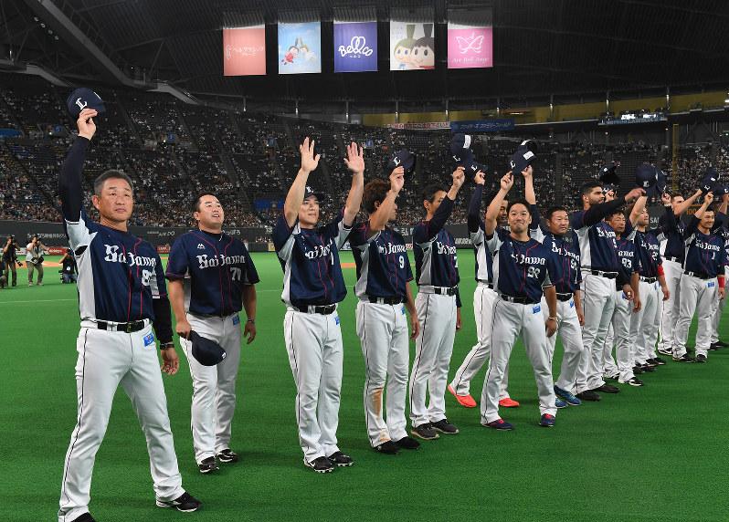 リーグ優勝を決め、スタンドの声援に応える埼玉西武ライオンズの辻発彦監督(左)、松井稼頭央(同3人目)ら
