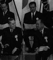 総裁4選を果たした自民党大会で、佐藤栄作首相(前列左)と岸信介元首相(同右)、田中角栄幹事長(後列左)