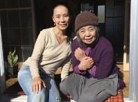 映画「あん」を撮影中、徳江さん宅で樹木希林さんと=2014年11月、河瀬さん提供