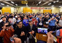 Intermediary wholesalers perform ceremonial hand-clapping prior to the last auction for fresh tuna at the Tsukiji market in Tokyo's Chuo Ward on Oct. 6, 2018. (Mainichi/Kimi Takeuchi)