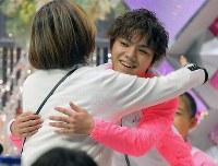 【ジャパンオープン】演技後、キスアンドクライで笑顔を見せる宇野昌磨(右)=さいたまスーパーアリーナで2018年10月6日、宮武祐希撮影