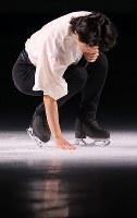 【ジャパンオープン】引退セレモニーでリンクを触る町田樹=さいたまスーパーアリーナで2018年10月6日、宮武祐希撮影