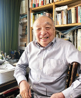 「ボクちゃんの戦争」を書いた奥田継夫さん=自宅書斎で、松井宏員撮影