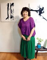 「侃」をテーマにした作品と並ぶ谷川美仙さん=松山市で、花澤葵撮影