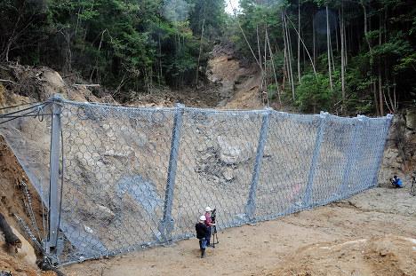 大原ハイツの団地上流に完成した、土砂崩れを食い止めるワイヤネット=広島県熊野町川角5で、東久保逸夫撮影