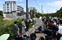 加計学園獣医学部前で学園の補助金詐欺を訴える市民グループ(左)=愛媛県今治市で2018年10月7日午後0時43分、木葉健二撮影