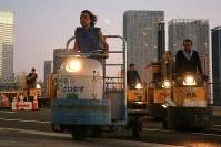 引っ越しのため築地市場から豊洲市場に向かって、列をなして都内の一般道を走るターレ=東京都江東区で2018年10月7日午前5時22分、和田大典撮影