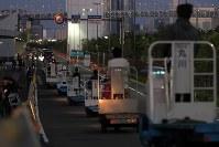 築地市場から列をなし、豊洲市場(左奧)の入り口へ向かうターレ=東京都江東区で2018年10月7日午前5時20分、和田大典撮影