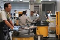 豊洲市場の水産仲卸売場棟で移転作業を進める人たち=東京都江東区で2018年10月7日午前7時5分、和田大典撮影