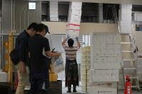 豊洲市場の水産仲卸売場棟で移転作業を進める人たち=東京都江東区で2018年10月7日午前6時54分、和田大典撮影