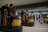 豊洲市場の水産仲卸売場棟で移転作業を進める人たち=東京都江東区で2018年10月7日午前6時50分、和田大典撮影