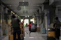 豊洲市場の水産仲卸売場棟で移転作業を進める人たち=東京都江東区で2018年10月7日午前6時57分、和田大典撮影
