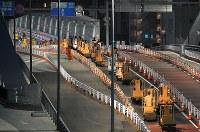 築地市場が閉場し、移転ために環状2号線の築地大橋を渡って豊洲市場へ向かうターレの行列=東京都中央区の築地市場で2018年10月7日午前5時6分、手塚耕一郎撮影