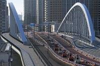 築地市場が閉場し、移転ために環状2号線の築地大橋を渡って豊洲市場へ向かうフォークリフト=東京都中央区の築地市場で2018年10月7日午前7時3分、手塚耕一郎撮影