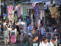 築地市場は閉場したが、大勢の観光客らでにぎわう築地場外市場=東京都中央区で2018年10月7日午前8時27分、手塚耕一郎撮影