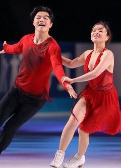 【ジャパンオープン】演技を披露するゲストスケーターのマイア・シブタニ(右)とアレックス・シブタニ=さいたまスーパーアリーナで2018年10月6日、宮武祐希撮影