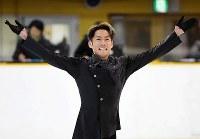 Figure skater Daisuke Takahashi poses for spectators after finishing his performance at Amagasaki Sports Forest in the city of Amagasaki, Hyogo Prefecture, on Oct. 8, 2018. (Mainichi/Kenji Ikai)