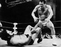 大相撲元横綱の輪島。日本でのデビューは悪の王者、タイガージェット・シン。決着はつかず両者反則負け=石川県七尾市で1986年11月
