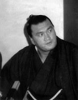 大相撲元横綱の輪島。引退し新親方としての抱負を語る=浪速区のホテル南海で1981年3月撮影