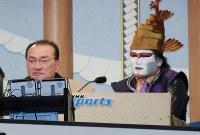 NHKの相撲中継にゲスト出演したデーモン小暮さん(右)と輪島大士さん=両国国技館で2009年1月18日、木葉健二撮影