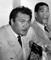 プロレス転向の記者会見をする輪島さん(左)。右はジャイアント馬場さん=1986年4月撮影