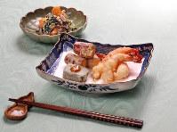 カラッと揚がった天ぷら3種(手前)と秋らしい柿を使った白あえ=梅田麻衣子撮影