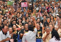 Supporters cheer Denny Tamaki after it became certain he would win the Okinawa gubernatorial election, in the prefectural capital of Naha on Sept. 30, 2018. (Mainichi/Noriko Tokuno)