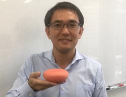 AIスピーカー「グーグルホーム」を持つボイスタートの回谷信吾社長