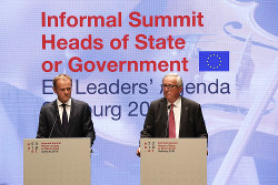 トゥスクEU大統領(左)は英国の離脱案を拒否