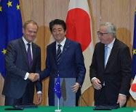 日EU経済連携協定の署名式を終え、EUのトゥスク大統領(左)と握手をする安倍晋三首相(中央)。右はユンケル欧州委員長=首相官邸で7月17日、西本勝撮影