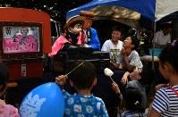 上富良野神社で腹話術を披露する牧三四郎さん。「芸をするのは緊張する。でも子供たちの笑顔で元気をもらえる」