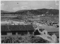 広広島護国神社跡で行われている平和復興祭関連行事。右側には盆踊り大会のための和太鼓が見える=1946年8月5~7日ごろ、米科学アカデミー所蔵