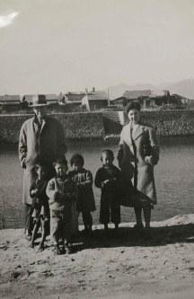 旅行中の外国人夫妻と広島の子供たちとの記念撮影=1948年12月30日撮影、マッカーサー記念館所蔵