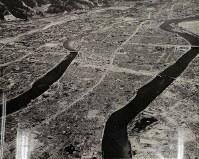 舟入地域から北を撮影した航空写真。右下には、県庁、県病院、與楽園(よらくえん)が見える=1945年10月以降、米軍撮影、マッカーサー記念館所蔵