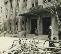 英語の看板にかけ替えられた広島市役所=1945年秋ごろ撮影、米海兵隊歴史部所蔵