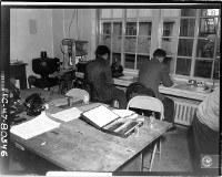 広島赤十字病院内に設置されたABCC(米原爆傷害調査委員会)の研究室。日本人スタッフが血球数検査を行っている=1947年10月26日米軍撮影、米科学アカデミー所蔵