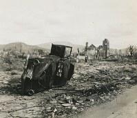 南西から見た広島流川教会(右奥)。手前に自動車が倒れている=1945年秋ごろ撮影、米海兵隊歴史部所蔵