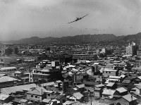 英連邦軍の飛行機が交通安全を呼びかけるチラシをまく様子=1947年6月9~15日ごろ、アレクサンダー・ターンブル図書館所蔵