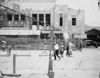 広島駅。1947年6月の「安全週間」で設置された三角柱が中央に見える=1947年夏ごろ、アレクサンダー・ターンブル図書館所蔵