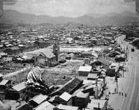 福屋新館から北東を望む。中央左は広島流川教会=1947年ごろ、アレクサンダー・ターンブル図書館所蔵
