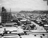 福屋新館から東を望む。右奥には比治山が見える=1947年ごろ、アレクサンダー・ターンブル図書館所蔵