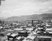 福屋新館から南西を望む。右奥には原爆ドームが見える=1947年ごろ、アレクサンダー・ターンブル図書館所蔵