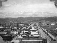 福屋新館から西を望む。中央には原爆ドームが見える=1947年ごろ、アレクサンダー・ターンブル図書館所蔵
