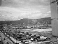 福屋新館から北西を望む。左端には広島県商工経済会(現広島商工会議所)が見える=1947年ごろ、アレクサンダー・ターンブル図書館所蔵