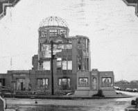 原爆ドームと昭和天皇行幸を記念して設置された「平和記念塔」または「平和の碑」と呼ばれたモニュメント=1947年12月~1948年ごろ、アレクサンダー・ターンブル図書館所蔵