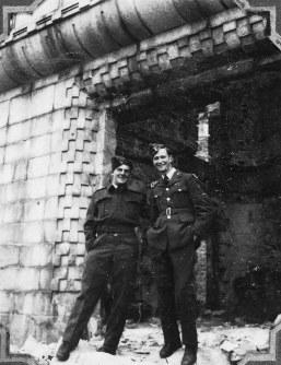 原爆ドームの元安川側の入り口にて撮影する進駐軍=1947年12月~1948年ごろ、アレクサンダー・ターンブル図書館所蔵