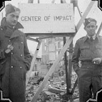爆心地付近の広島郵便局の鉄塔に設置された「CENTER OF IMPACT」看板前で記念撮影する進駐軍=1947年12月~1948年ごろ、アレクサンダー・ターンブル図書館所蔵