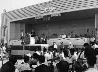 平和記念公園の原爆ドーム対岸で行われた第2回広島平和祭の様子=1948年8月6日撮影、アレクサンダー・ターンブル図書館所蔵