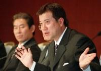監督就任会見で抱負を述べる=2001年10月11日、須賀川理撮影